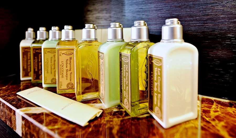 Ampio bagno privato con doccia spaziosa con porta in vetro, asciugacapelli e prodotti da bagno L'Occitane®