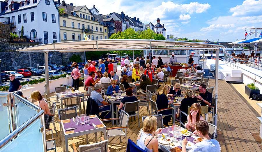 Sky Grill pranzo barbecue sullo Sky Deck (tempo permettendo) o pranzo leggero nella Lounge Panorama